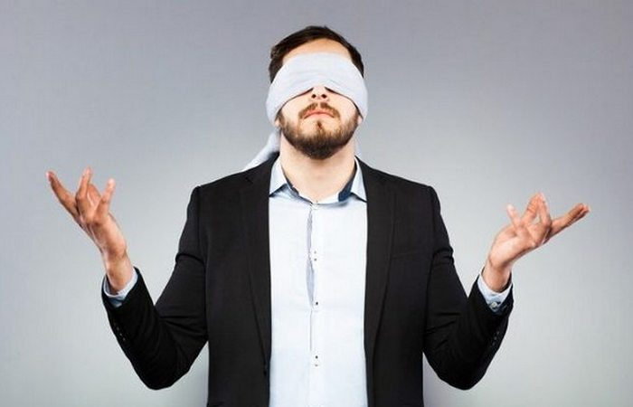 Почему человек не может идти по прямой линии с закрытыми глазами?