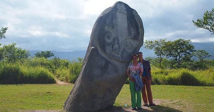 Мегалиты долины Бада в Индонезии.