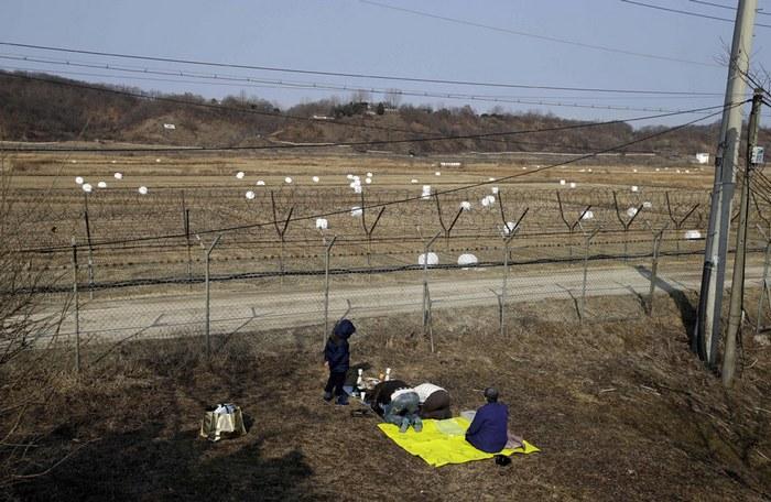 Беженцы из Северной Кореи на границе.