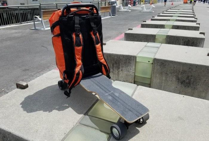 Movpak - комбинация скейтборда и рюкзака.