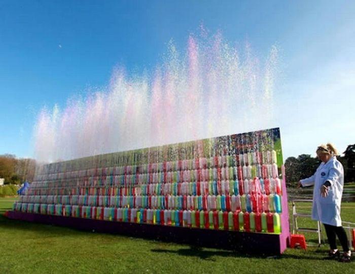 Разноцветный фонтан из Coca-Cola и Mentos.