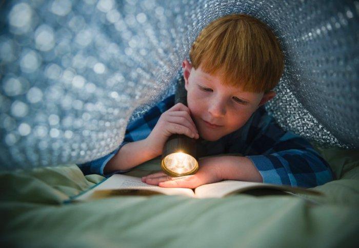 А вы в детстве читали под одеялом?