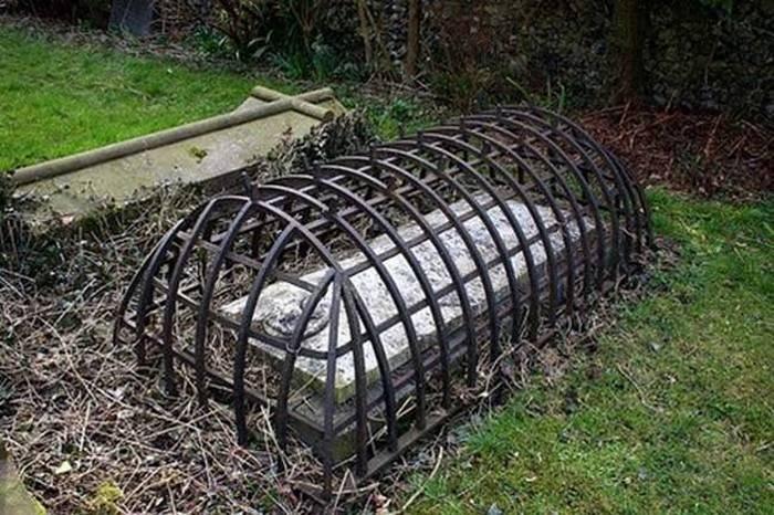 Клетка для мертвецов викторианской эпохи.