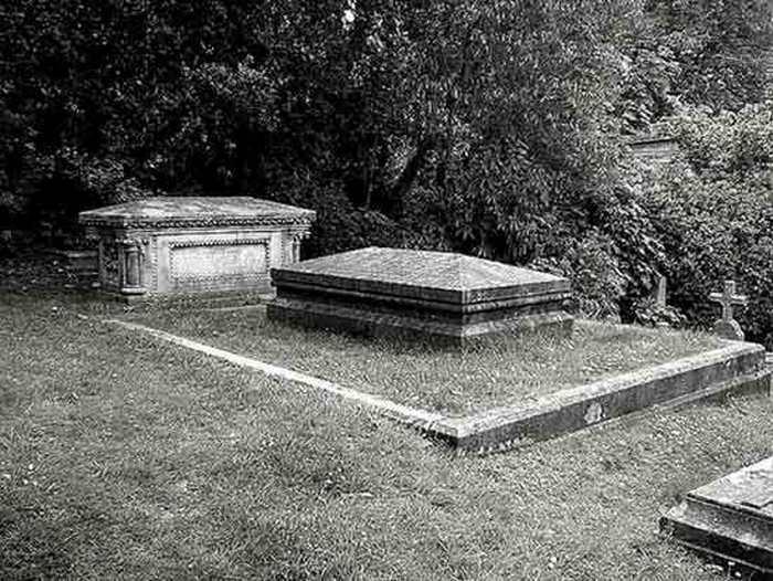 Могила вдовы, похороненной с сердцем мужа.