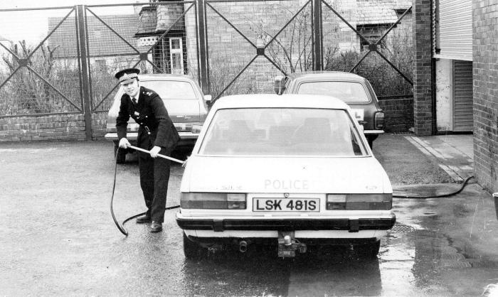 Чистый автомобиль и полиция.