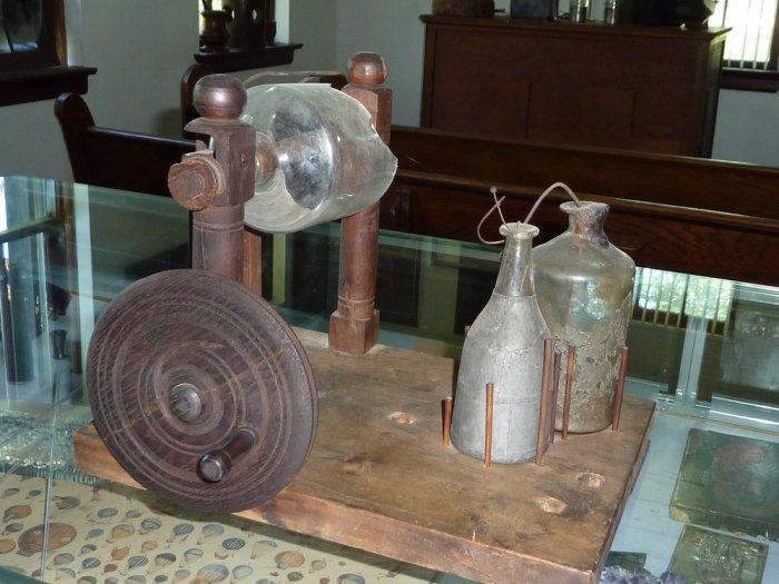 Электростатическая машина Франклина-Вистара.