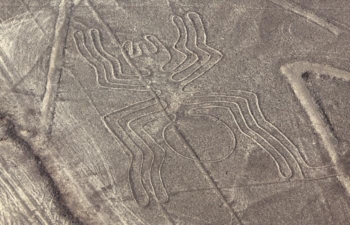 Странные рисунки в пустыне Наска.