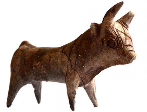 Керамический бык и другие древние артефакты.