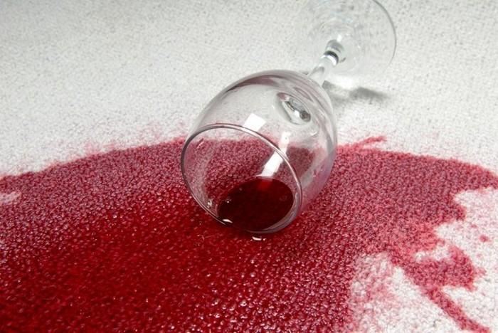 Как удалить пятна от красного вина с белой одежды.
