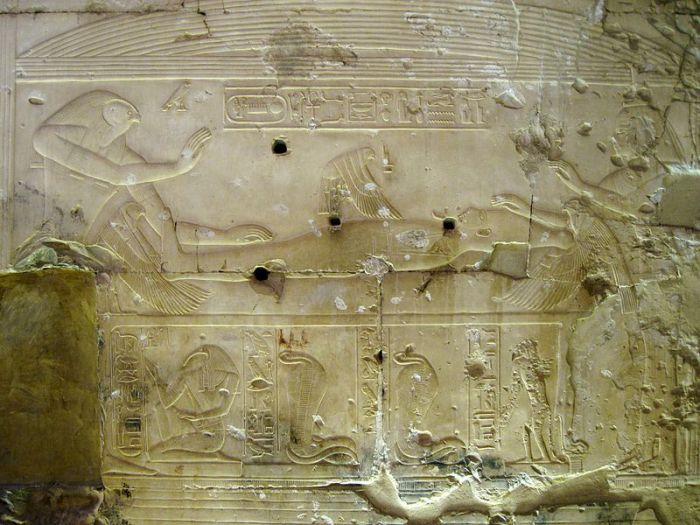 Барельев в Абиде, изображающий историю Осириса и Исиды.