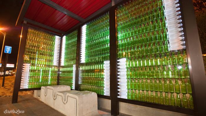 Остановка из бутылок с вмонтированными светодиодами.