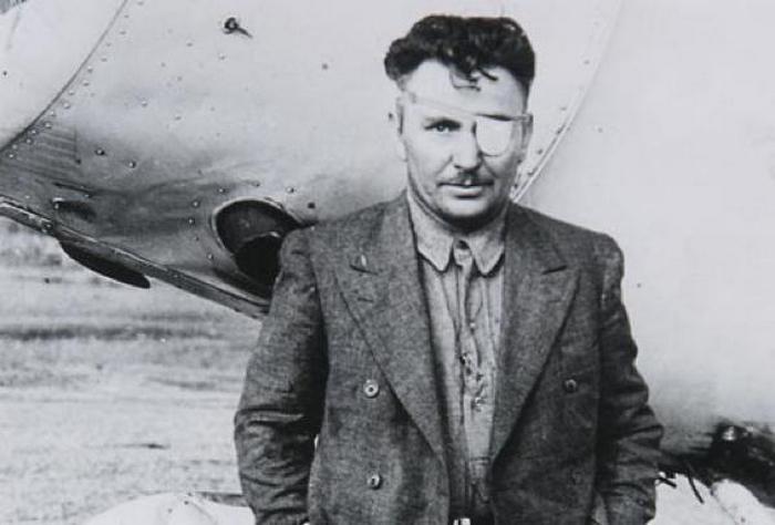 Известный лётчик, который совершил кругосветку.