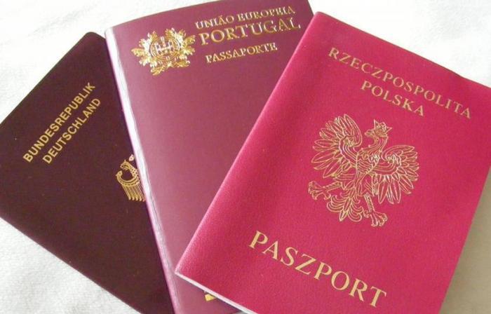 Самые разные оттенки красных паспортов.