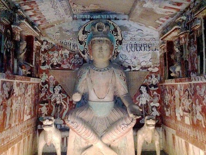 Пещерные храмы Дуньхуана на Шёлковом пути.