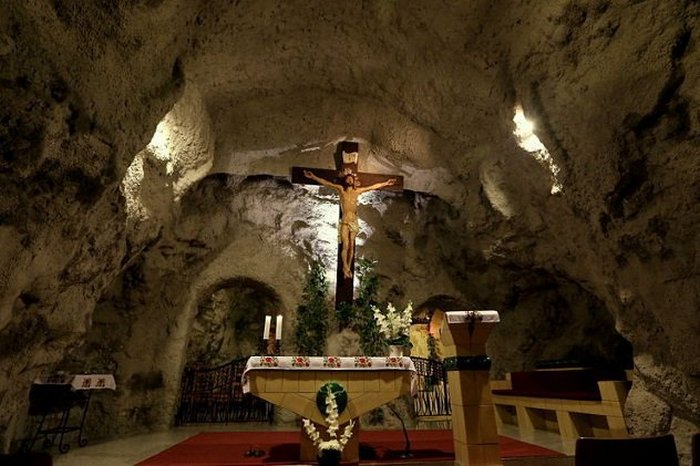 Пещера в холме Геллерт в Будапеште.
