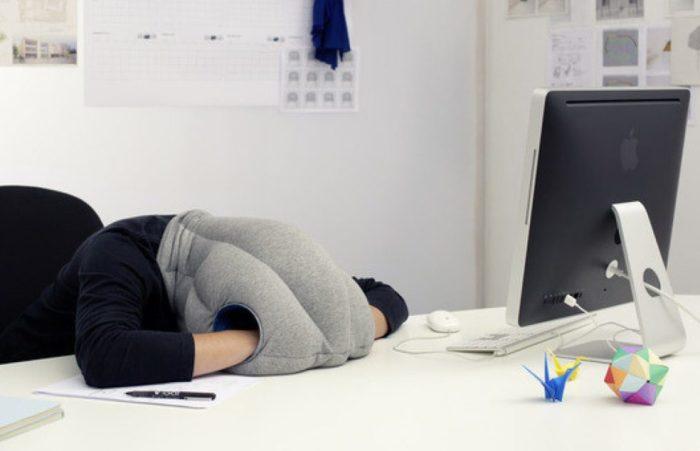 И даже в шумном офисе можно найти возможность отдохнуть.