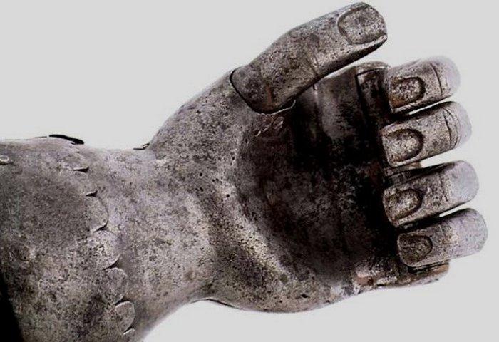 Древний протез кисти.