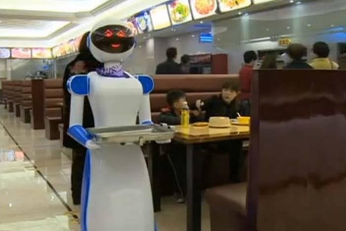 Роботы всё чаще заменяют людей.