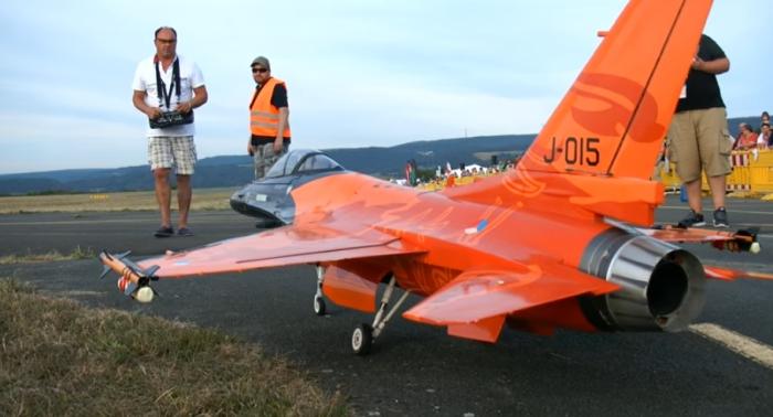 Радиоуправляемый самолет R-16 COBRA.