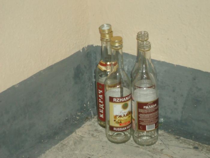 Пустые бутылки на столе - к несчастью.