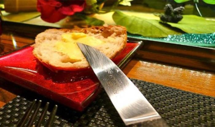 Еда с ножа - моветон.