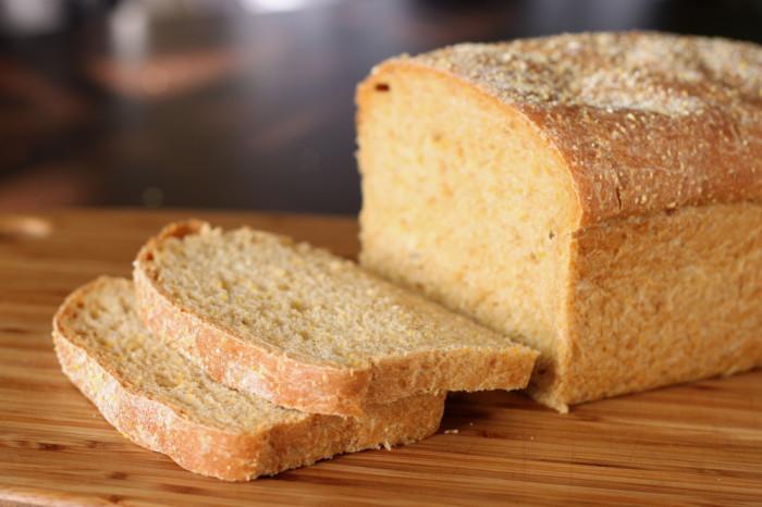 Хлеб - только руками.