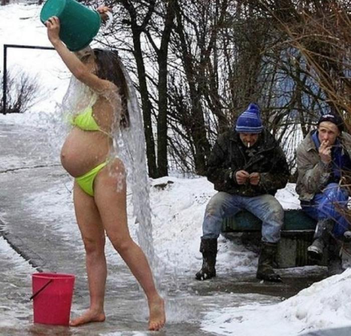 Беременная принимает ледяную ванну.
