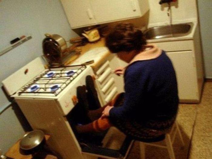 Кухонная плита как способ согреться.