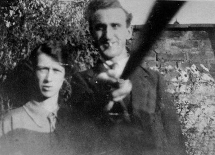 Алан Кливер из Уайтхейвена послал эту картину своими бабушке и дедушке. Возможно это было первое фото, сделанное при помощи палки для селфи.