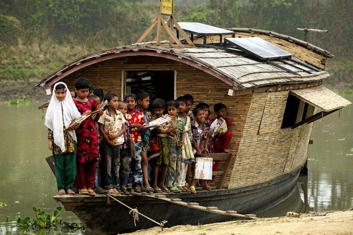 Ученики рядом со школой-лодкой.