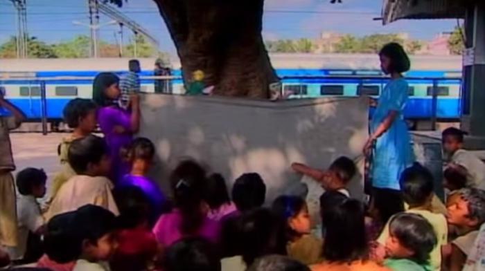Урок в индийской школе на железнодорожной платформе.