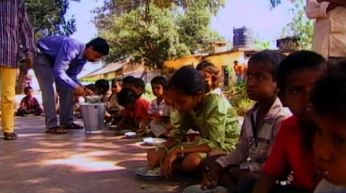 Обед у учеников необычной индийской школы.