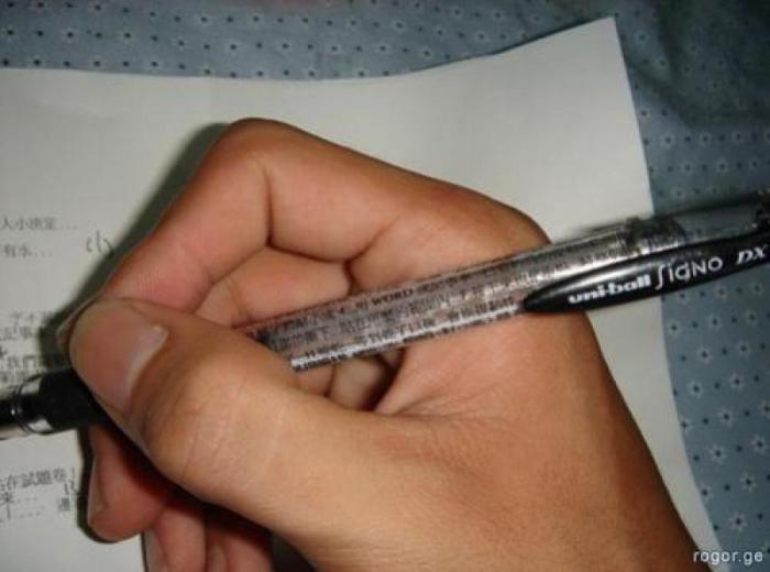 Мелким почерком на ручке