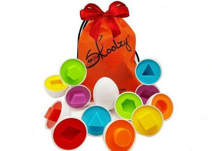 Простой набор разноцветных яиц с простыми геометрическими фигурами.