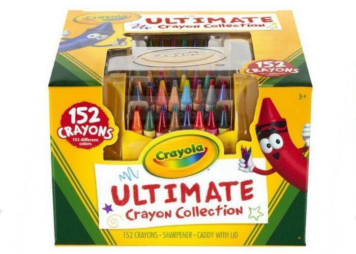Простая игрушка: набор мелков и цветных карандашей.