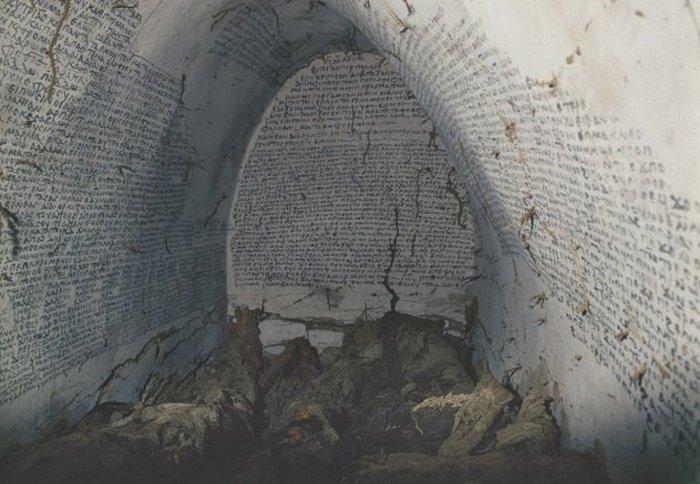 Семь мумий в одном склепе.