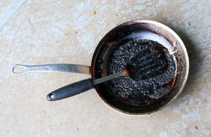 Как очистить сковородку от нагара.