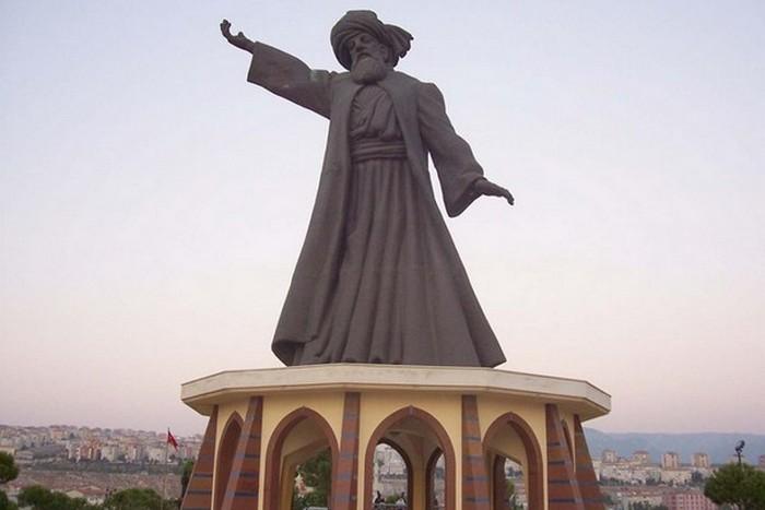 Статуя Мевлана Руми.