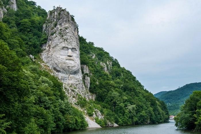 Скальная скульптура Децебала.