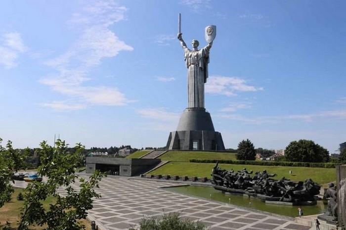 Монументальная статуя «Родина-Мать».
