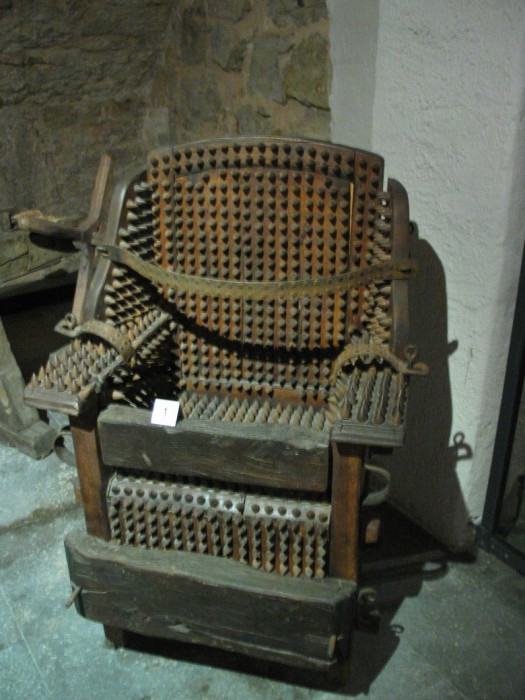 Пыточный стул: а под ногами пылающие угли.