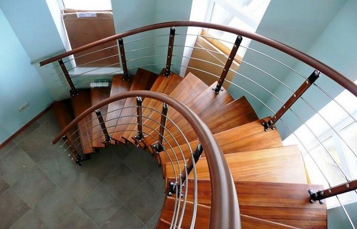 Приказано выжить!: соблюдай правила ТБ на лестнице.