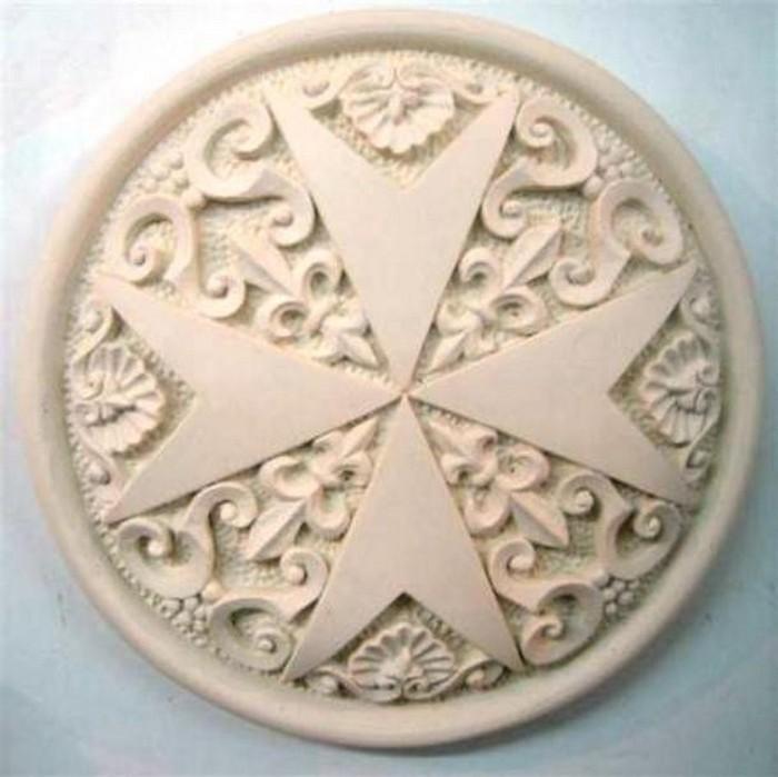 Каменный Мальтийский крест.