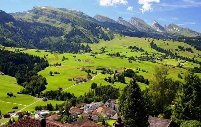 Швейцария - первое место в рейтинге стран для пожилых людей.