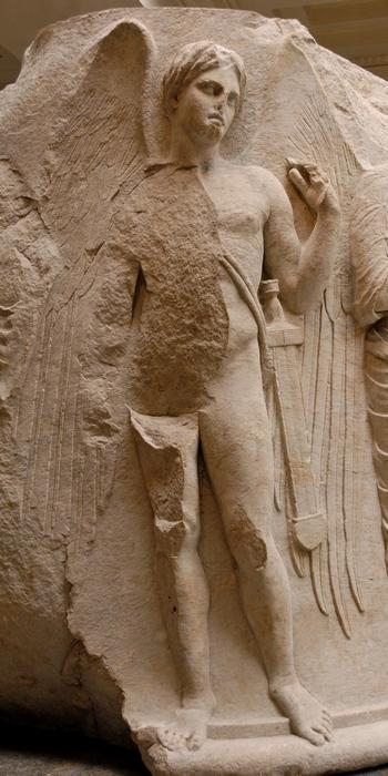 Крылатый Танатос с мечам-гиром. Барельеф в храме Артемиды.