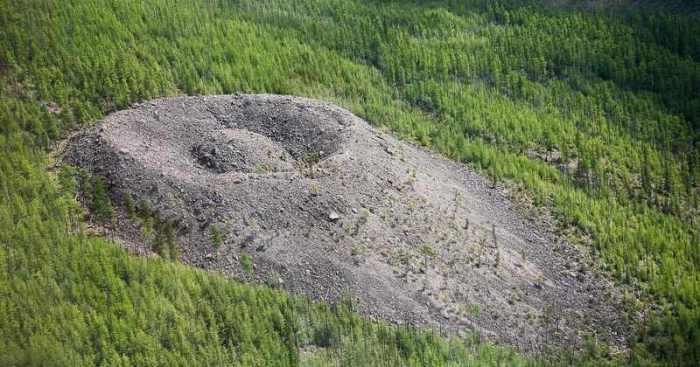 Патомский кратер.