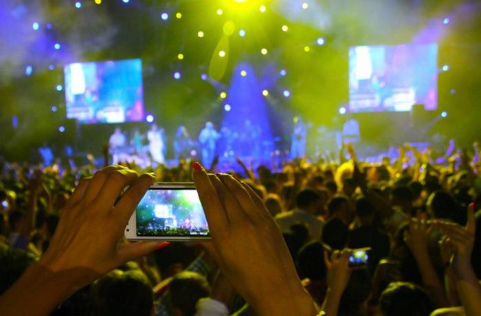 Цифровые камеры отвлекают людей от непосредственного участия в праздниках.