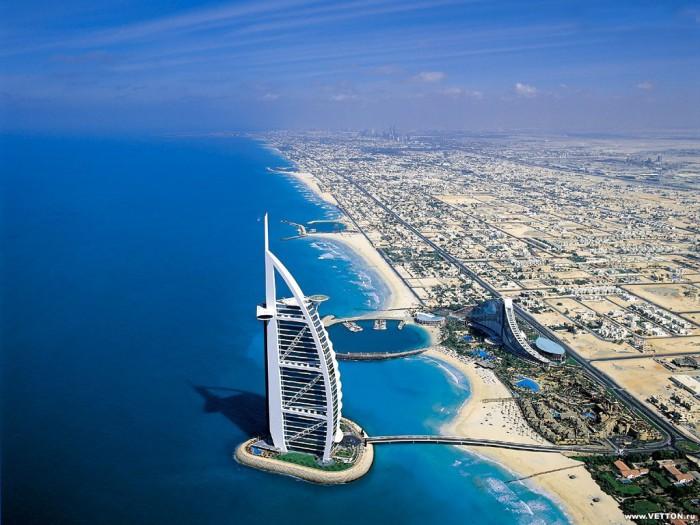 Дубай - город пляжей и небоскрёбов.