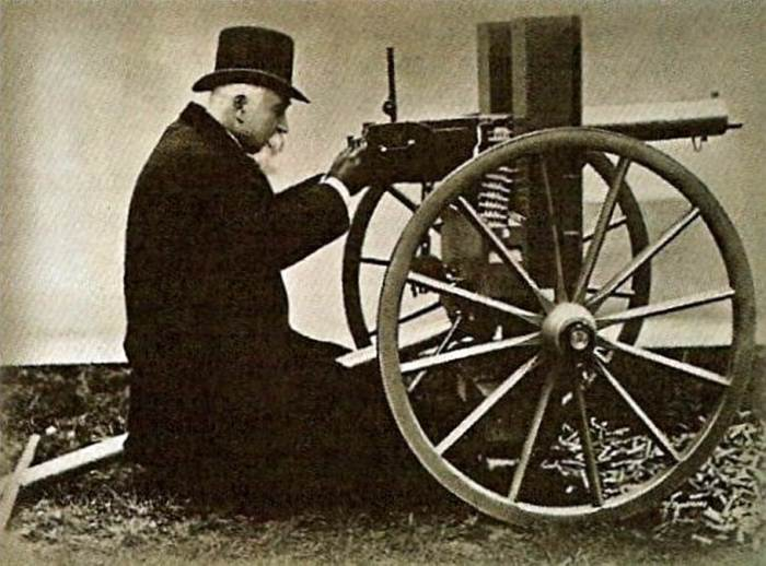 Хайрем Максим со своим пулемётом.