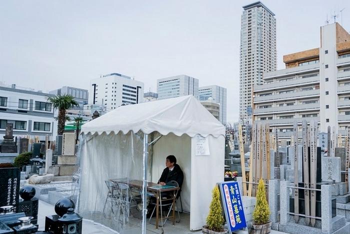 Японское уличное бюро ритуальных услуг.